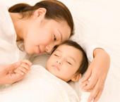 親と子の肌の触れ合い
